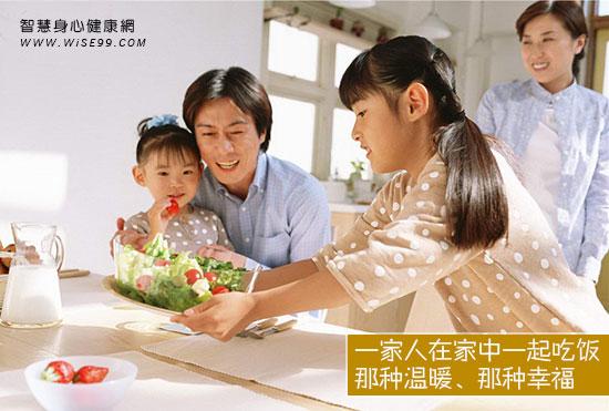 一家人在家中一起吃饭,那种温暖、那种幸福